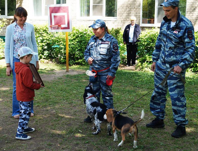 В Сергиевом Посаде полицейские-кинологи встретились с детьми